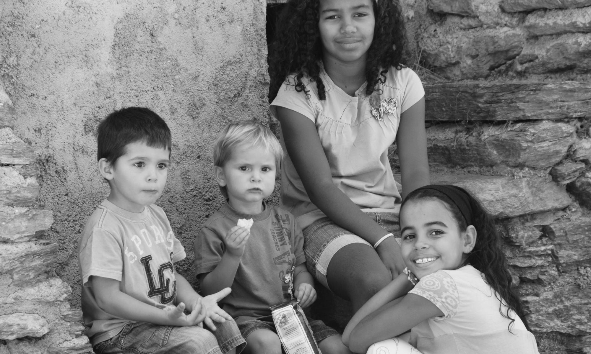 La Sàhara ajupida amb els seus tres amics.
